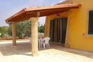 casa - villetta trifamiliare attorniata da un giardino, uliveto, posto auto recintato